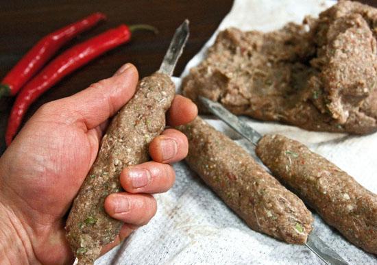 Облепляем мясом шампуры